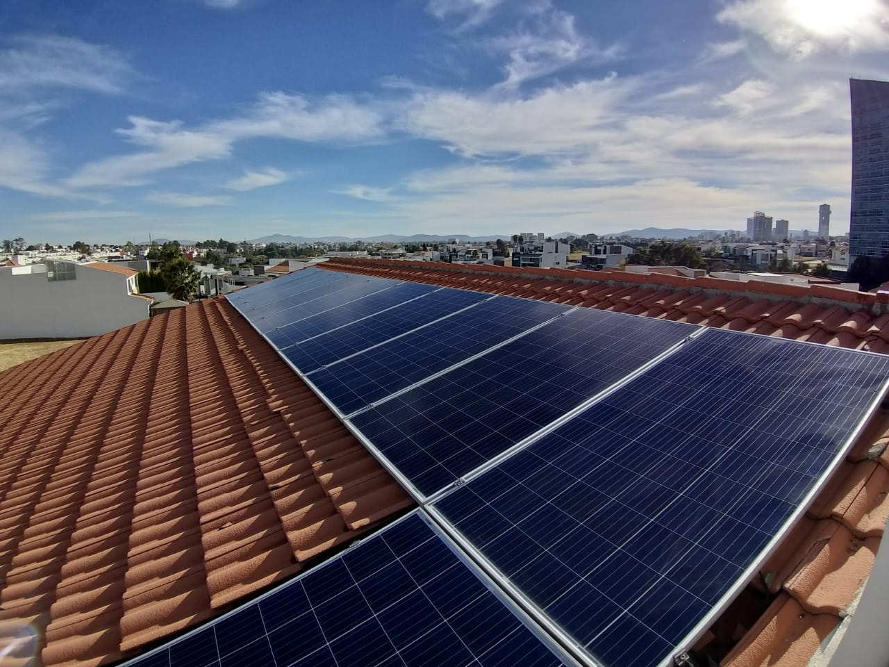 Sistema de Paneles Solares sobre Cubierta de tejado en Puebla Mexico